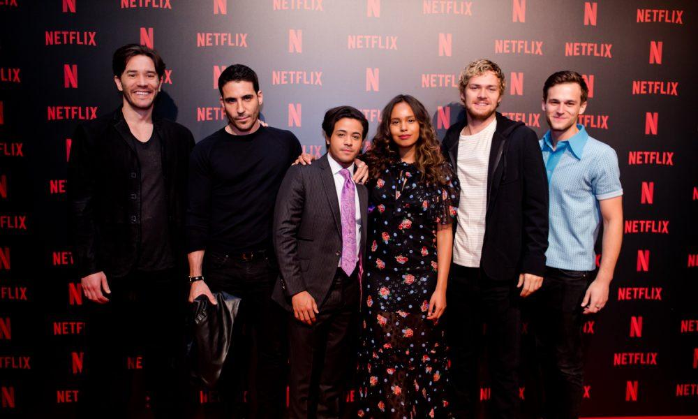 Atores de séries da Netflix participam de evento em SP