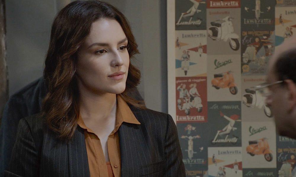 Em cena de 'Gosto Se Discute' a auditora Cristina, interpretada por Kéfera, chega poderosa e mostra a que veio