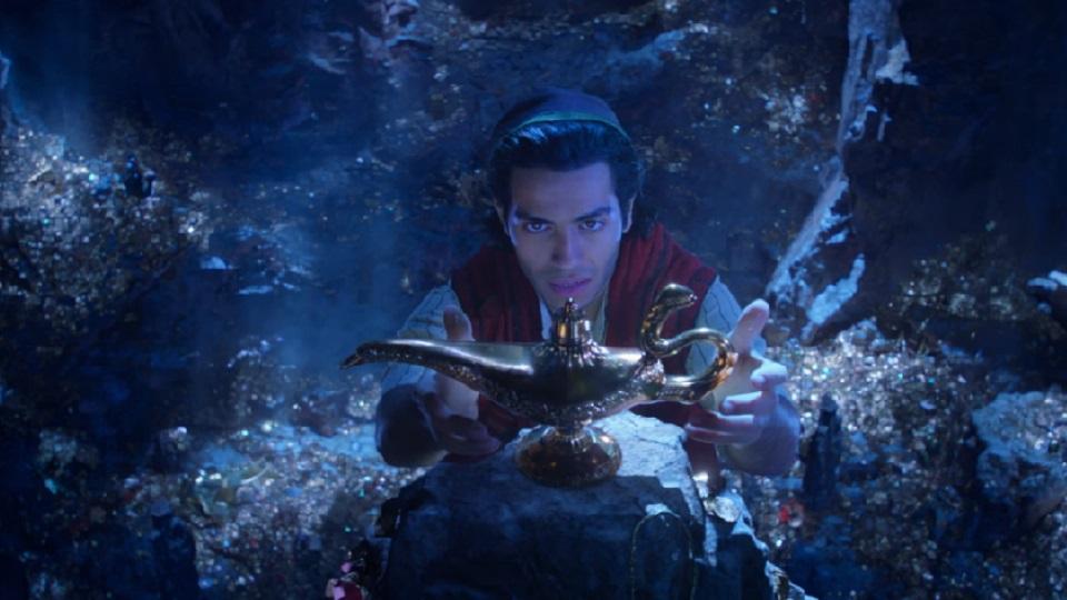 Aladdin, o filme, mostra a primeira aparição do Gênio com a colorização igual à da animação.