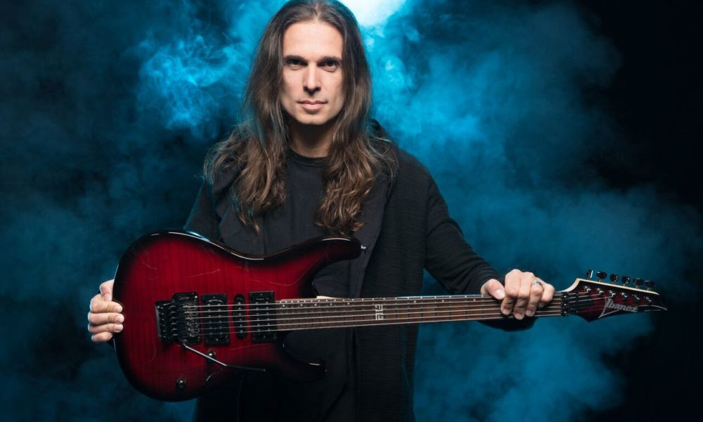 "Kiko Loureiro: Guitarrista lança 'video playthrough' de ""Vital Signs"""